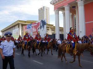 ナーダム会場へ向かう騎馬隊